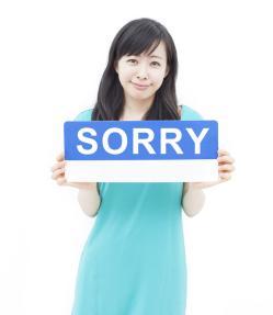 Femeie cerandu-si scuze